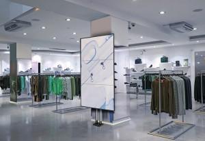 Modulare Doppelstangensäule im Retail Digital Signage Einsatz