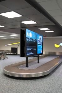Sockelhalterung Peerless DS-S560-B2X2 Im Einsatz auf einem Flughafen